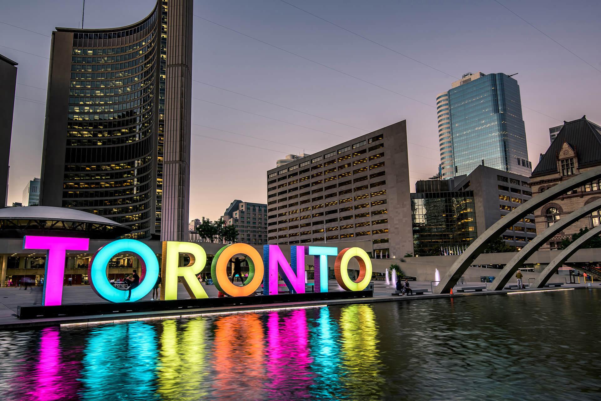 Image de l'enseigne Toronto au Nathan Phillips Square.